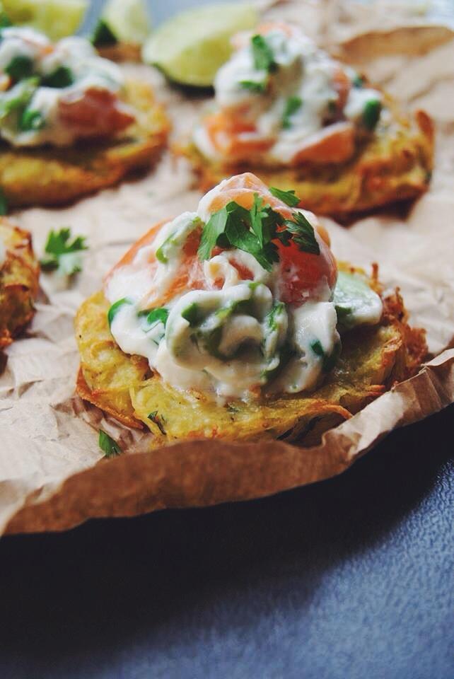 Criques de pommes de terre, légumes verts et saumon