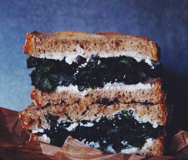 Sandwich au chèvre, kale et cerises séchées