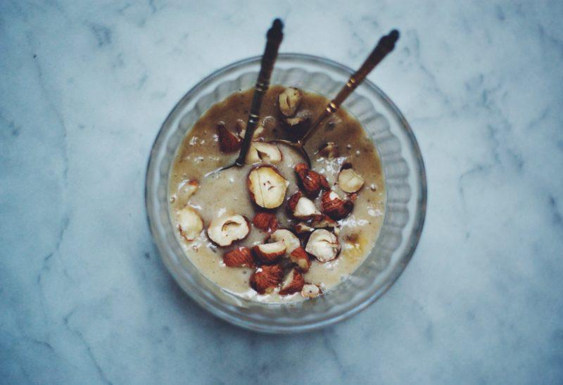 Glace à la banane minute & noisettes caramélisées