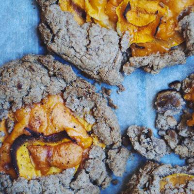 Tartelettes rustiques à la courge butternut, mimolette et bacon {pâte à la farine de seigle}