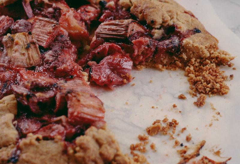 Tarte rustique à la rhubarbe et aux fraises