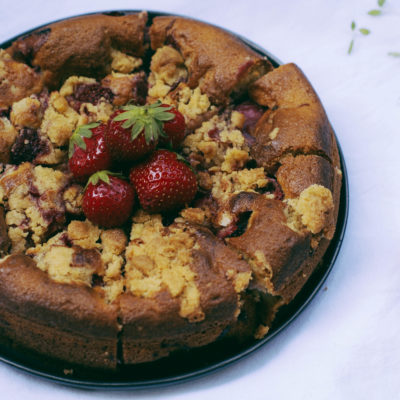 Gâteau crumble fraises & rhubarbe pochée