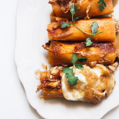 Enchilladas de patates douces à l'effiloché de poulet