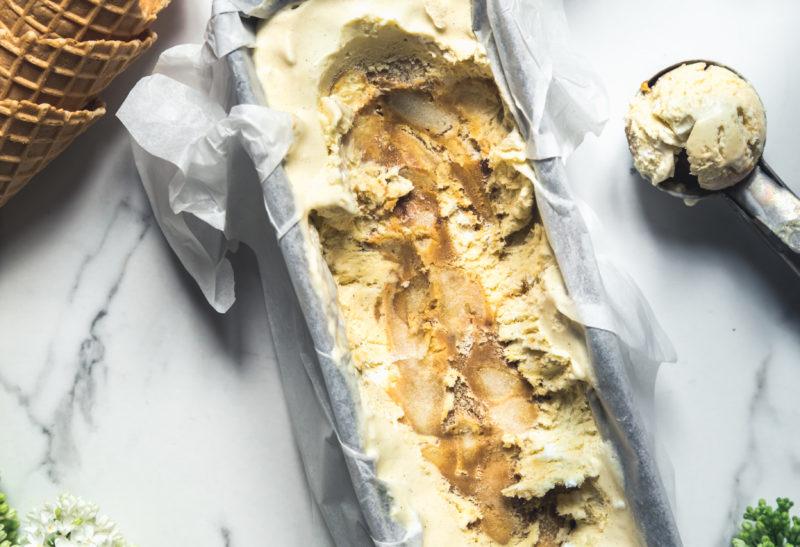 Glace à la vanille, caramel beurre salé & pommes confites