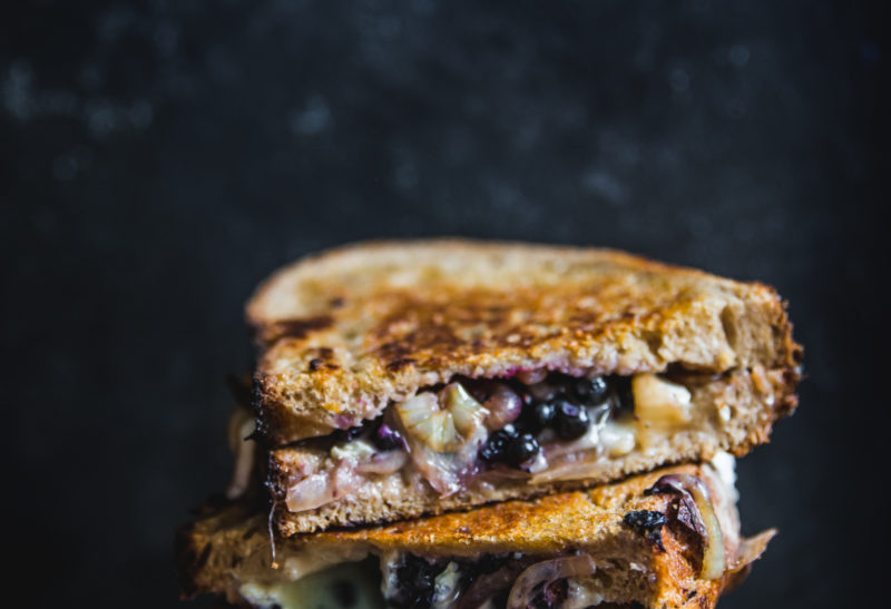 Grilled cheese aux myrtilles sauvages