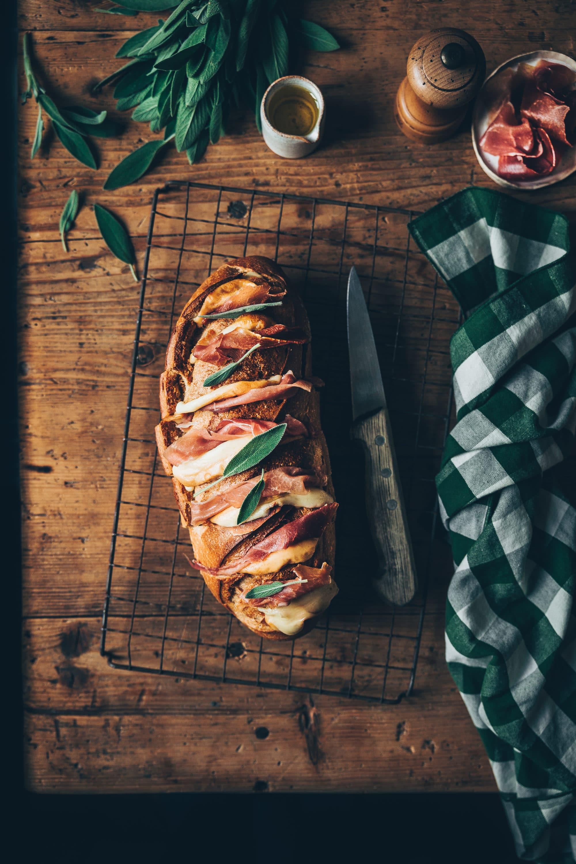 Pain apéro au jambon cru, scarmozza & sauge