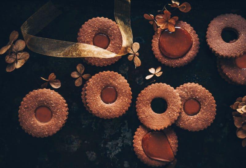 Linzer cookies au chocolat et caramel épicé