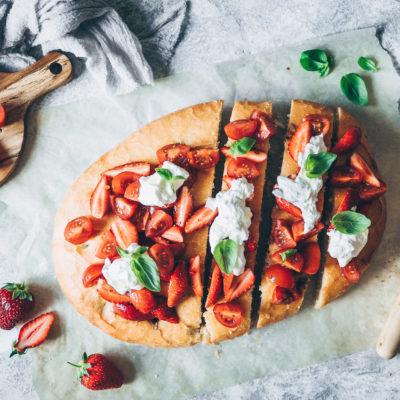 Focaccia salsa tomates & fraises, burrata