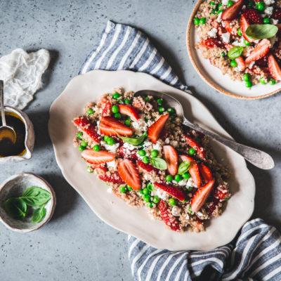Salade de quinoa, petits pois, fraises et feta