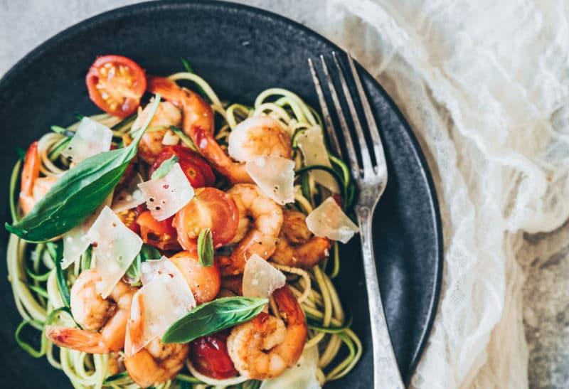 Spaghettis de courgettes, crevettes à l'ail et tomates confites