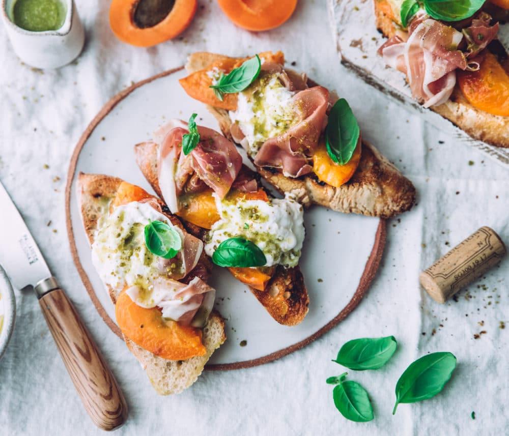 Crostini abricots rôtis, stracciatella, prosciutto & pesto de pistaches