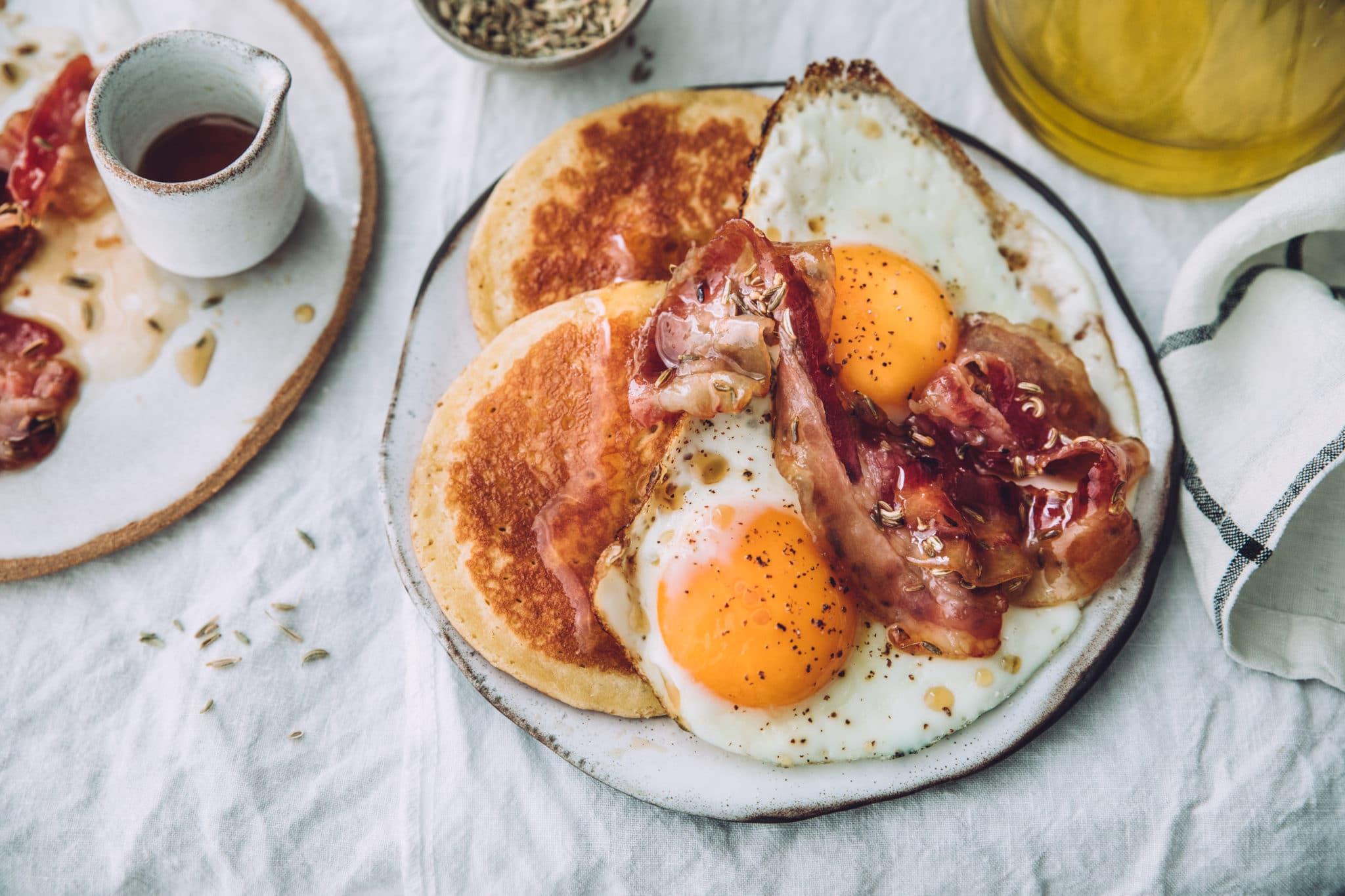 Pancakes, oeufs au plat et bacon au sirop d'érable & fenouil