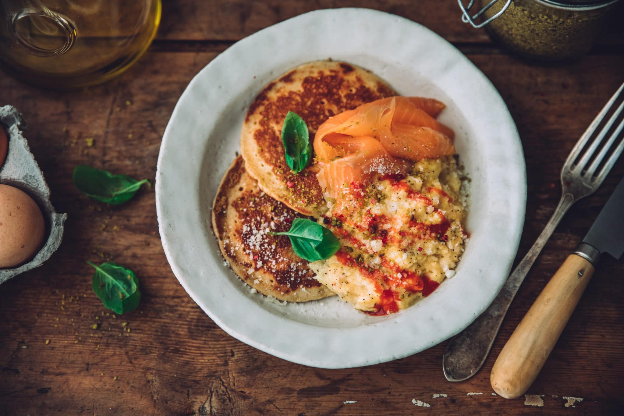 Pancakes, oeufs brouillés, saumon & sauce sriracha